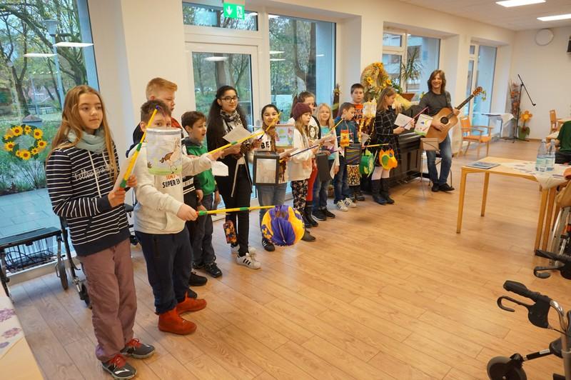 """""""Alt trifft Jung"""" – Kinder der Comenius Schule im Theresienheim Weckhoven"""