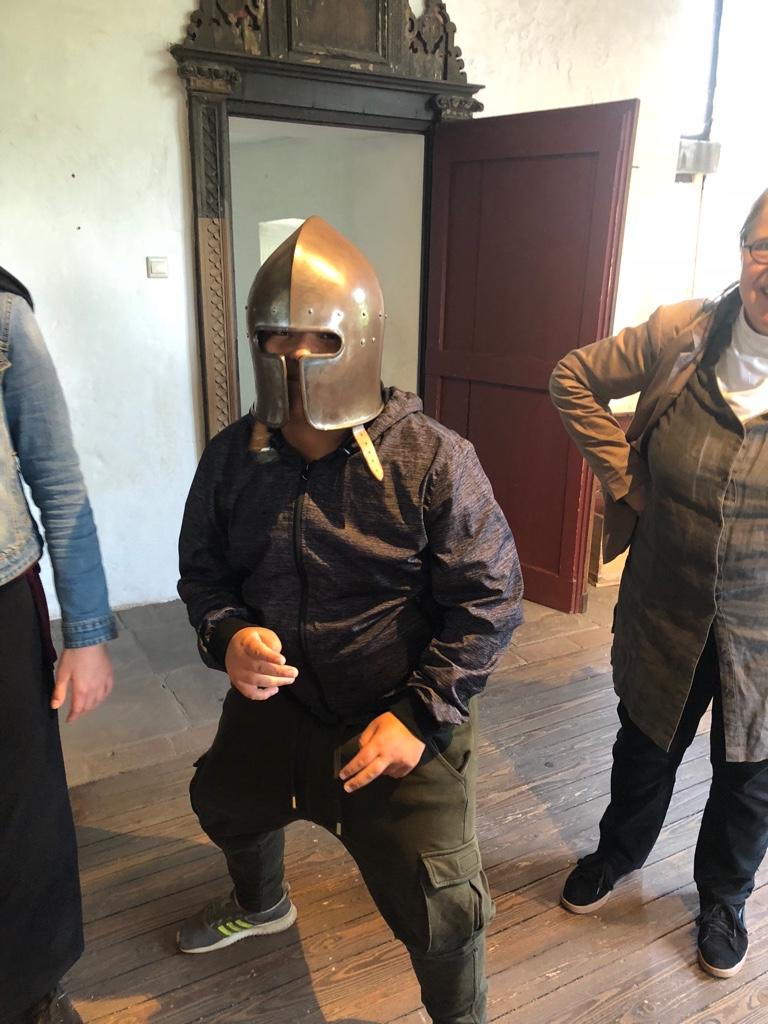 Von der Schulbank ins Mittelalter – Schüler/innen der 6b in der Burg Linn