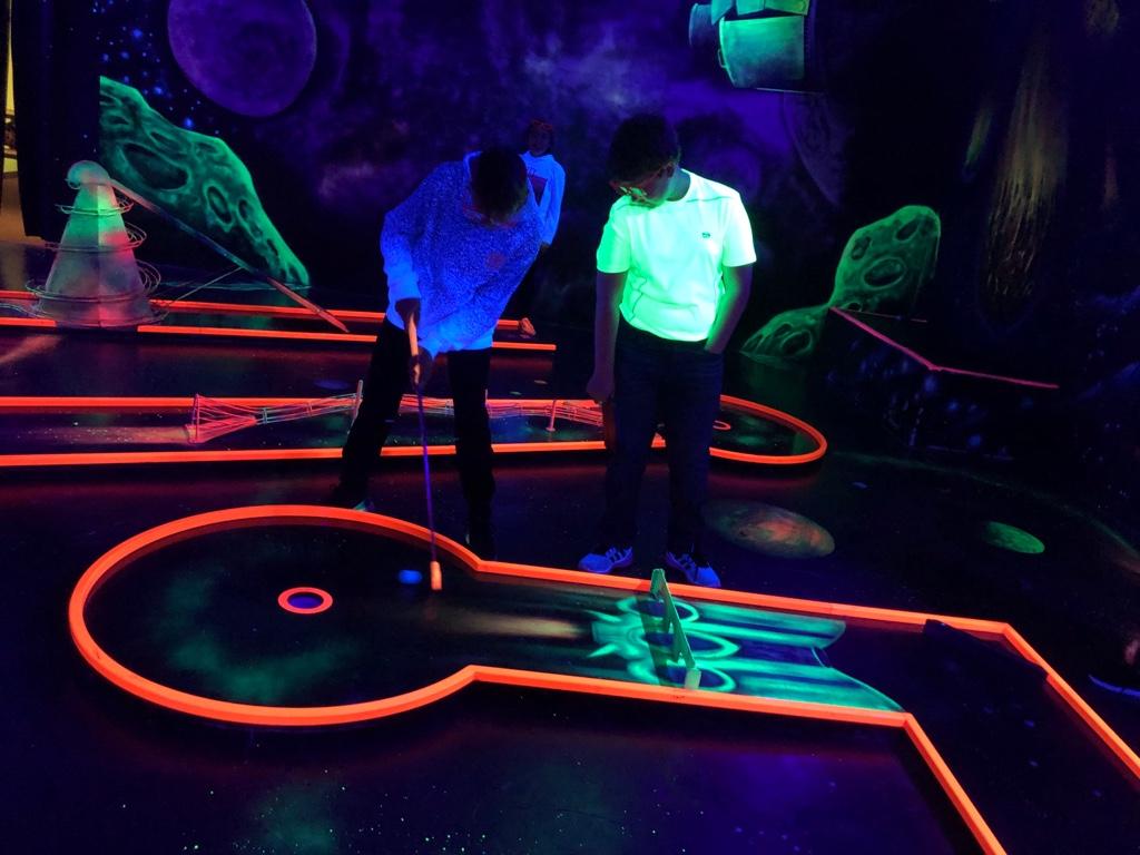 Spaß und Freude beim 4D Schwarzlicht Minigolf